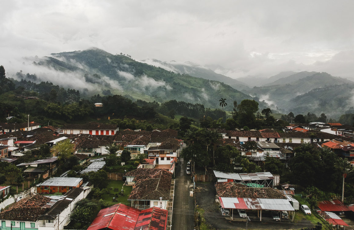 This image has an empty alt attribute; its file name is cobaltstate_colombia_colombie_salento_village_drone_dji_palmtree-1160x755.jpg