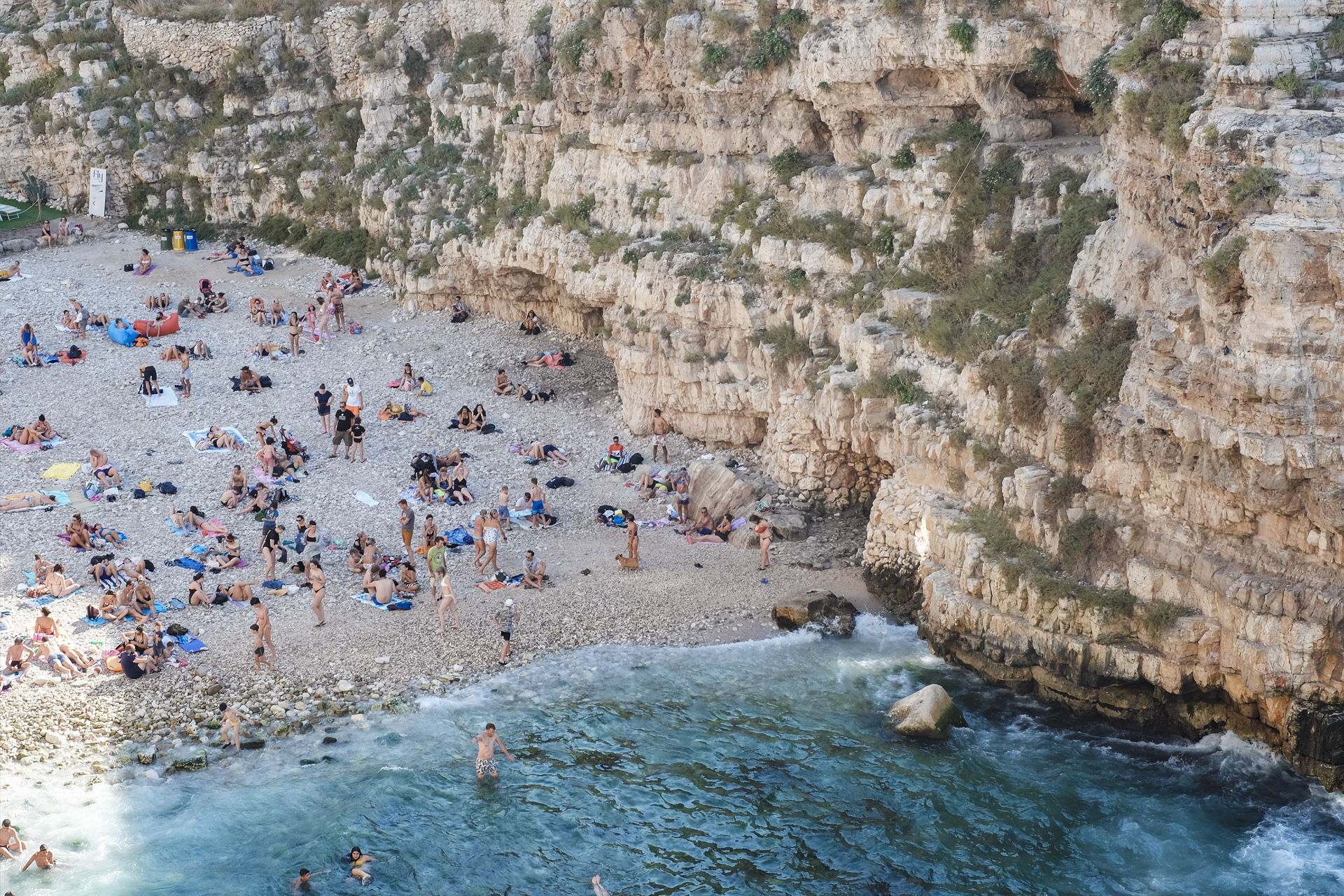 A glimpse of Puglia, Cala Porto full of people